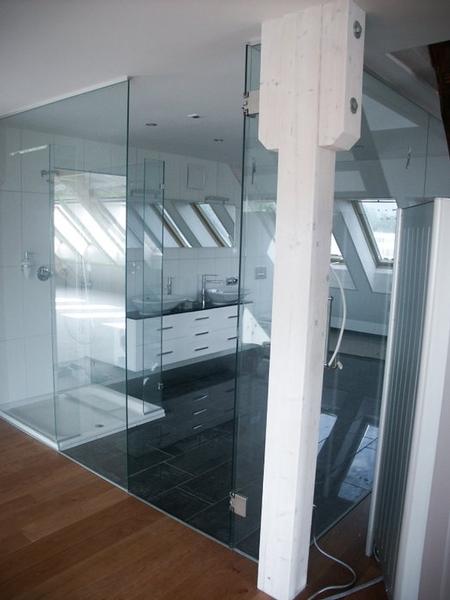 Das Bad Wird Frech Mit Einer Glaswand Ausgestattet Und Fügt Sich Perfekt  Mit Küche Und Wohnzimmer Zu Einem Ganzen.